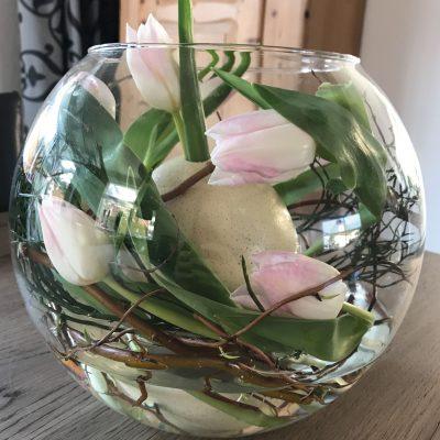 struisvogelei in vaas met tulpen